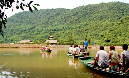 Boat to Thien Ha cave